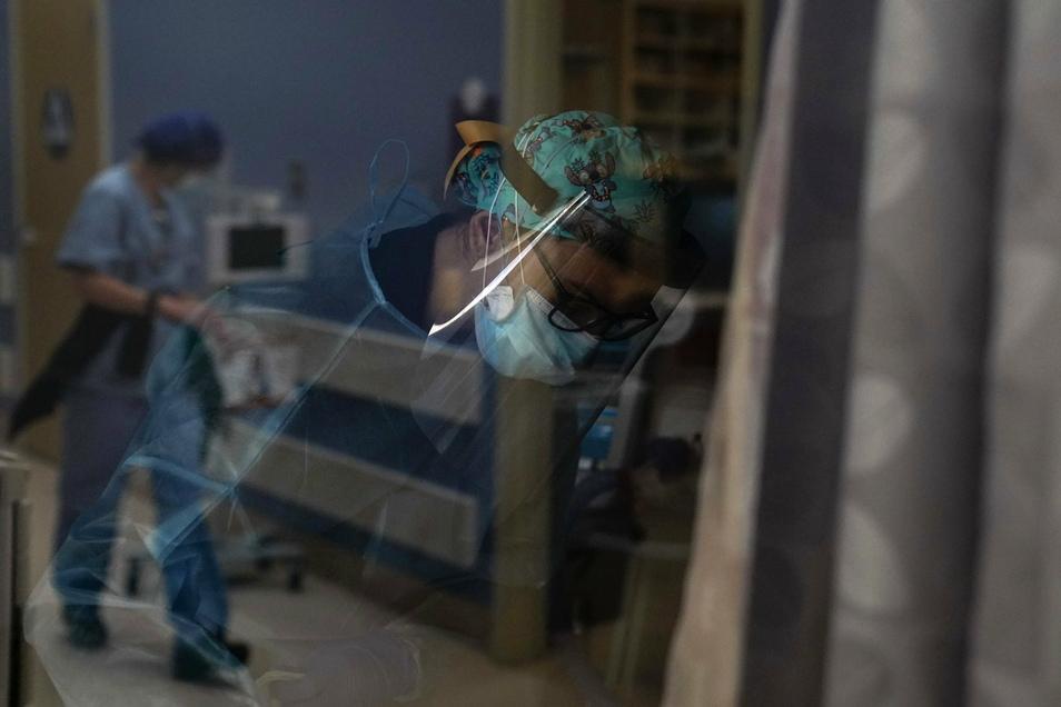 USA, Orange: Eine Krankenschwester kümmert sich um einen COVID-19-Patienten im St. Joseph Hospital.