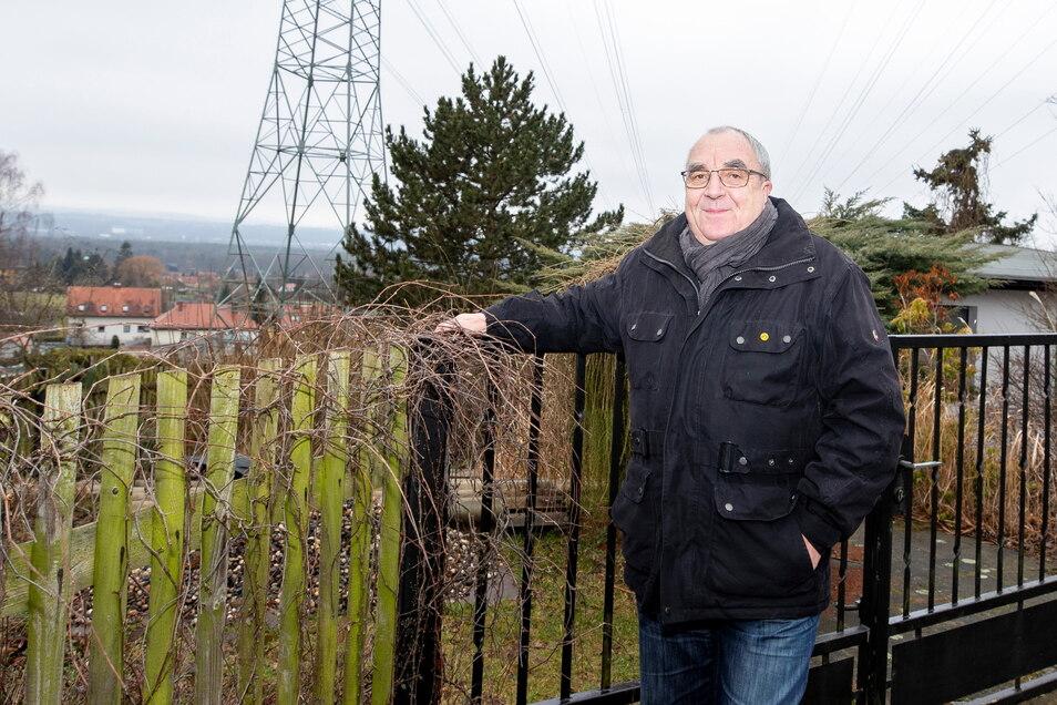 Armin Gliemann vom Kleingartenverein Elbtalblick Graupa steht am Zaun seiner Gartensparte. Er freut sich, dass es wieder losgeht.