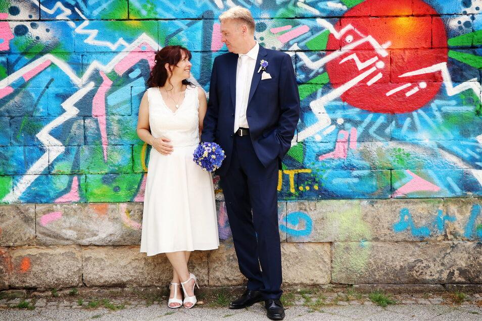 Von der Trauung bis zur Blumendeko haben Silke und Mario Oertel alles im eigenen Stadtteil, der Dresdner Neustadt, gekauft. Ihr Kleid ließ sich die Braut von der Designerin Tatjana Löwen aus dem Kunsthof entwerfen und anfertigen.