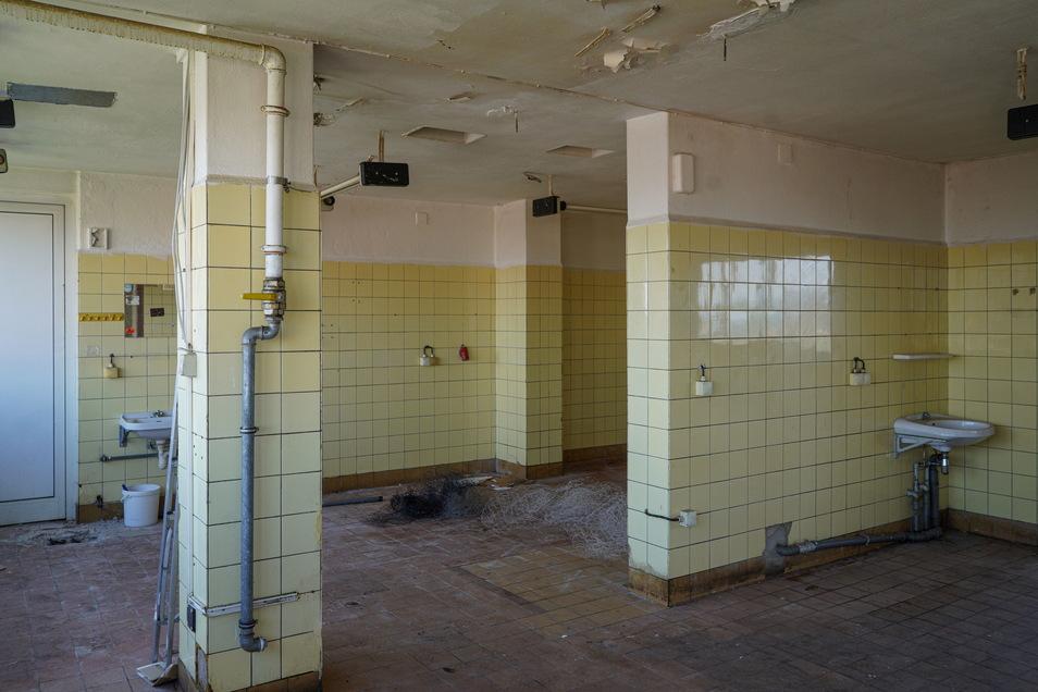In einem Raum des früheren Hochhauscafés befinden sich noch die alten Waschbecken an der Wand...