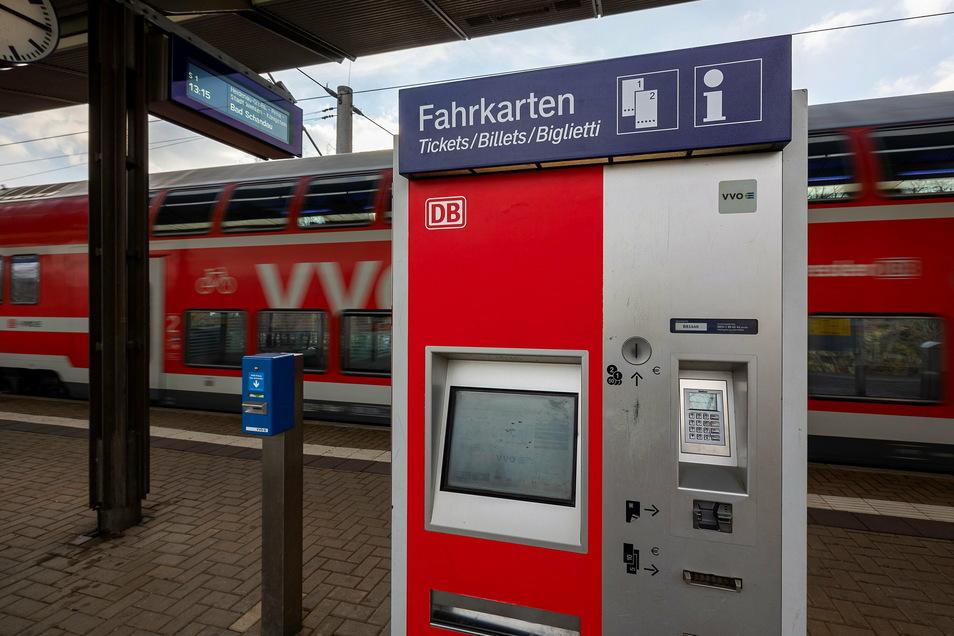 Von außen sieht er ganz normal aus, doch Fahrkarten kann man an dem Automaten auf dem Heidenauer Süd-Bahnhof schon seit Wochen nicht kaufen.
