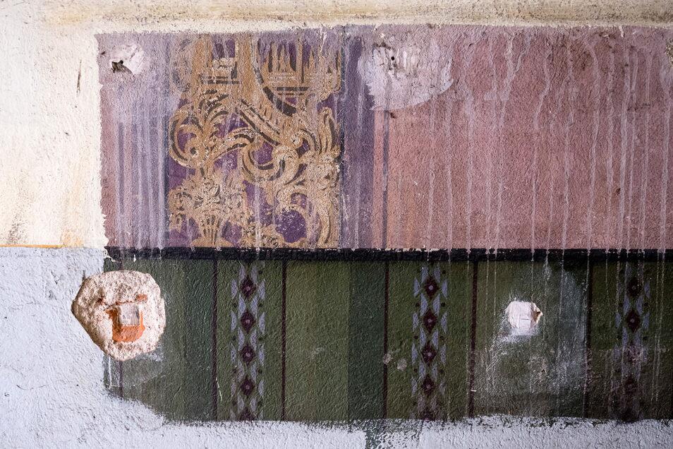 Im Hausflur finden sich Malereien, die vermutlich aus den 1920er Jahren stammen. Sie sollen rekonstruiert werden.