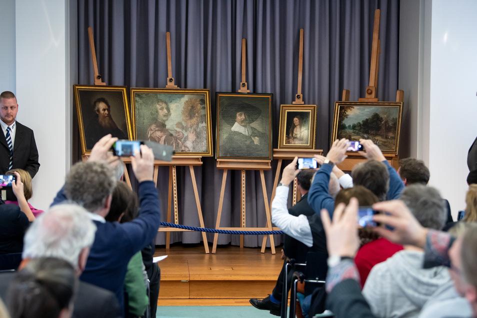 Die wieder aufgetauchten Gemälde werden bei einer Pressekonferenz zur Rückführung von fünf gestohlenen Gemälden in die Stiftung Schloss Friedenstein Gotha präsentiert.