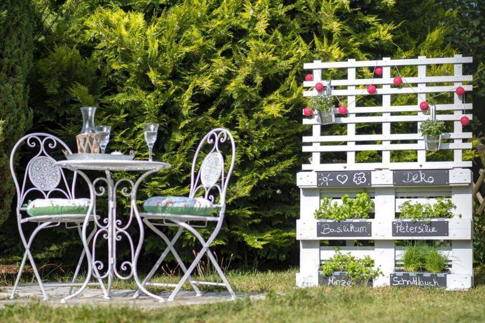 Der selbstgebaute Kräutergarten wird schnell zum Blickfang im Garten.