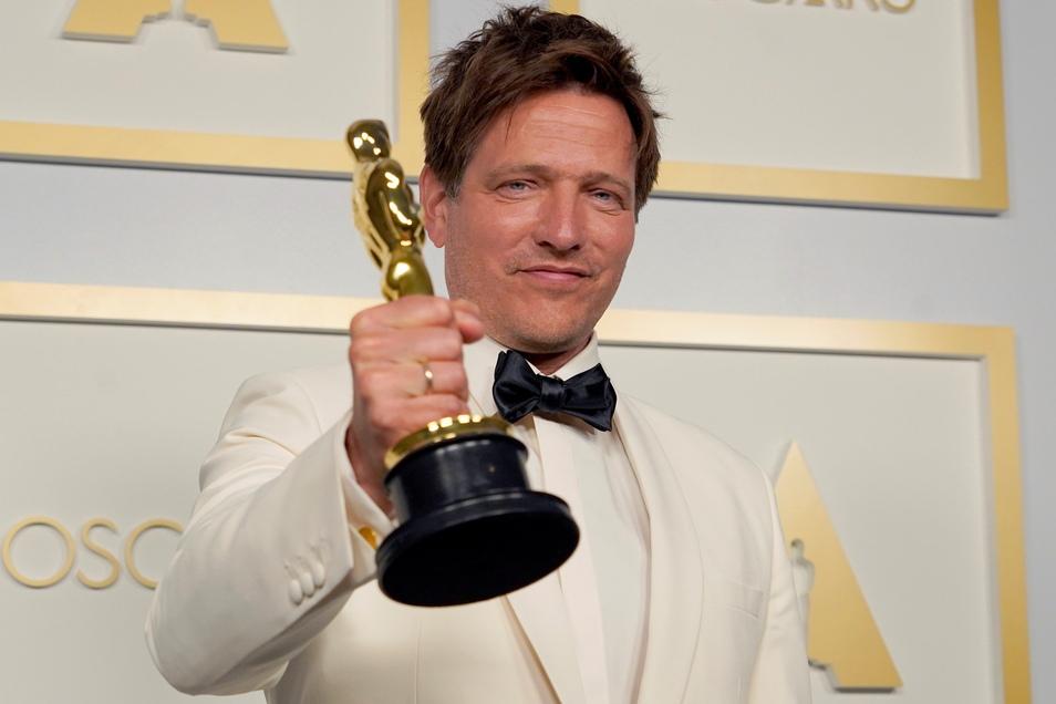 Der dänische Regisseur Thomas Vinterberg hat den Auslands-Oscar seiner gestorbenen Tochter Ida gewidmet. Sie sollte Teil des Films werden, starb aber kurz nach Beginn der Dreharbeiten bei einem Verkehrsunfall.
