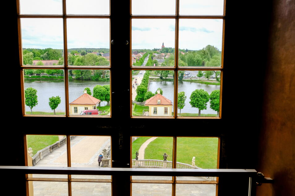 Aus dem blauen Salon hat man diesen herrlichen Blick. Noch ist das Schloss allerdings coronabedingt geschlossen.