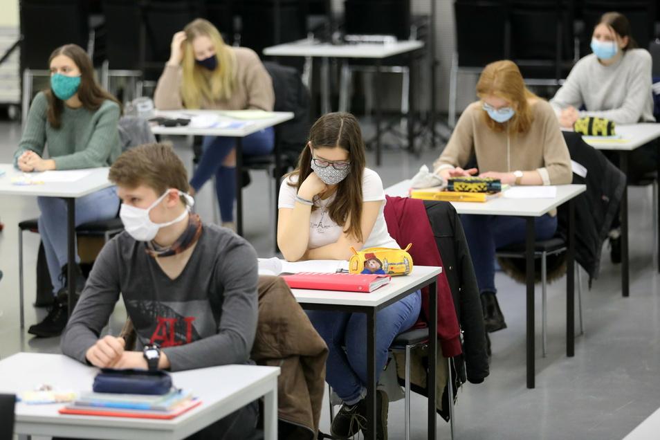 Sobald Masken durchfeuchtet sind, sollte man sie tauschen – und außerdem nach der Nutzung nicht mit anderen Gegenständen in Kontakt bringen.