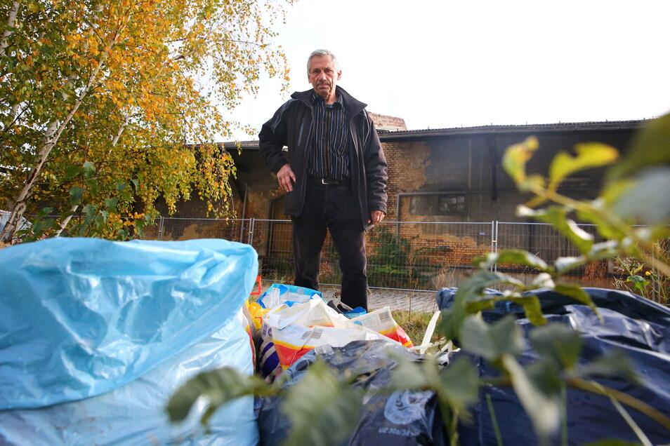 Haushaltsmüll in blauen Säcken, Schrott, aber auch Bauabfälle werden immer wieder auf das Gelände des alten Güterbahnhofes in Kamenz gekippt. Eckhard Göbel, der einen Garten in der Nähe hat, ärgert das sehr.