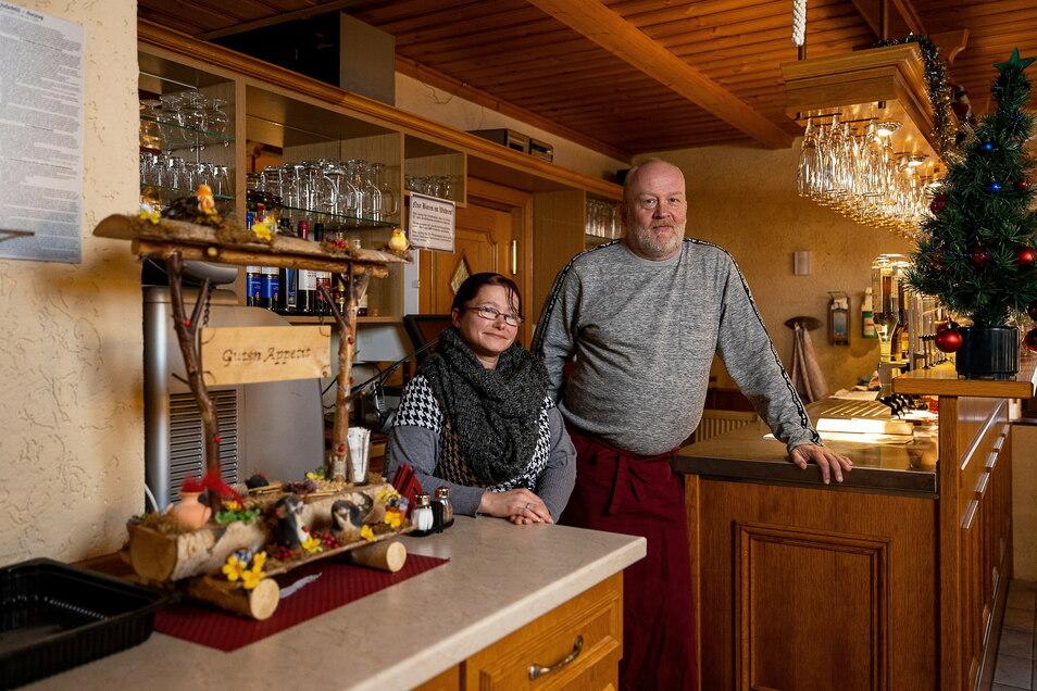 """Claudia und Maik Hartmann haben Anfang Dezember das """"Erbgericht"""" in Ruppendorf übernommen. Trotz der schwierigen Umstände sind sie zuversichtlich."""