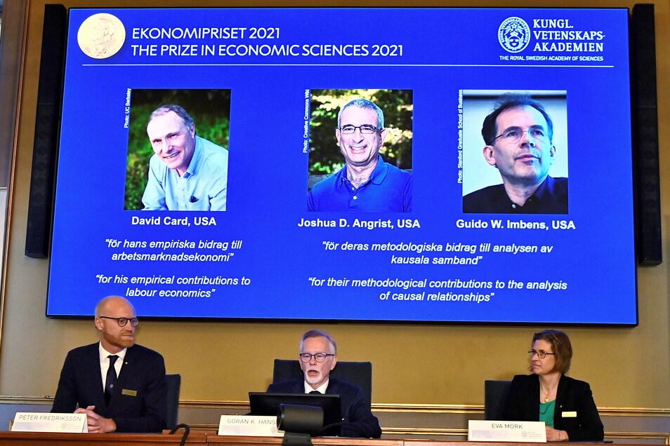 Von links auf dem Bildschirm oben sind die Nobelpreis-Gewinner zu sehen: David Card von der University of California in Berkeley, Joshua Angrist vom Massachusetts Institute of Technology und Guido Imbens von der Stanford University.