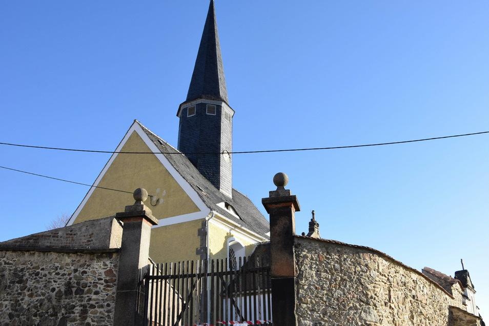 """Kirche und Friedhof von Jauernick-Buschbach mussten aus Sicherheitsgründen gesperrt werden: Der Kirchturm droht einzustürzen. Beim Glockenläuten war aufgefallen, dass sich der Kirchturm """"bewegt""""."""