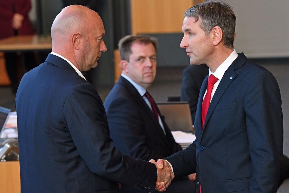 Björn Höcke, (r) Fraktionsvorsitzender der AfD, gratuliert Thomas Kemmerich (l., FDP).