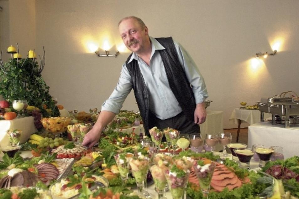 Selbst hat Horst Wagner auch viele Feiern gastronomisch betreut. Das Foto zeigt ihn 2003 beim Richten eines kalten Büffets.