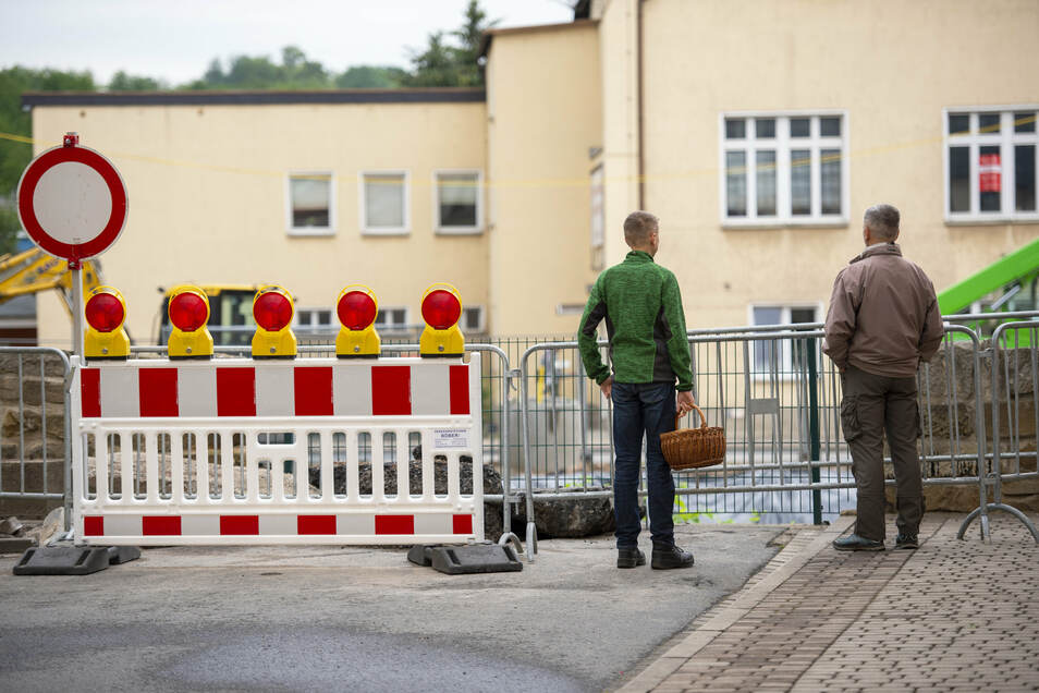 Nicht, dass jemand in die Müglitz fährt oder läuft: An der Pestalozzistraße steht noch vorsichtshalber ein Schild.