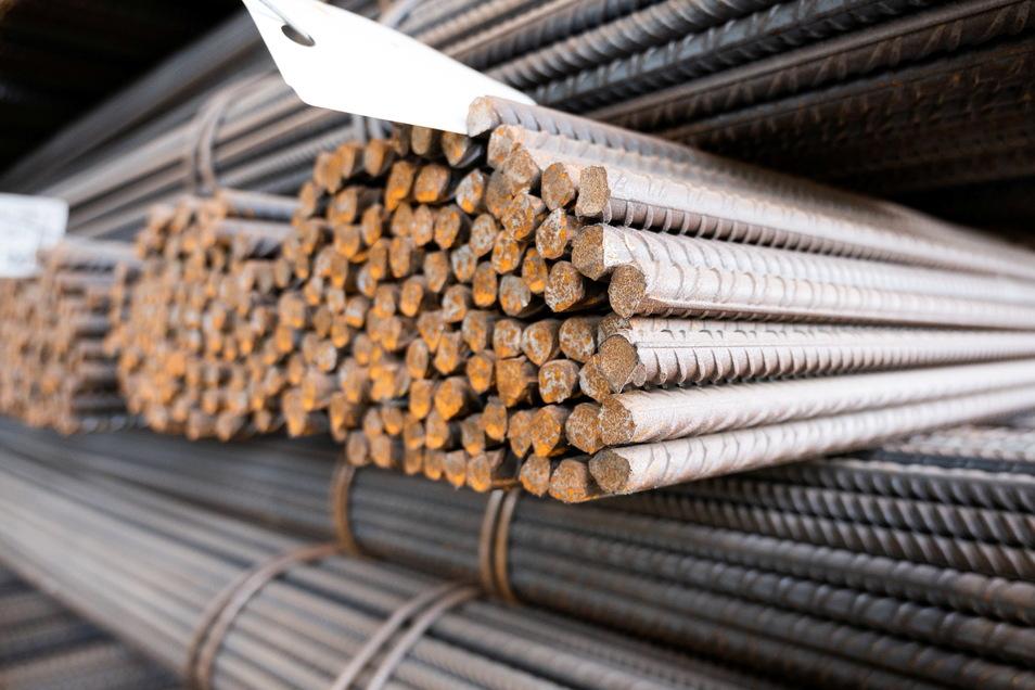 Baustahl lagert in einem Stahlwerk: Nach wie vor sind Rohstoffe knapp. Dennoch kann die Industrie in Deutschland etwas zulegen.
