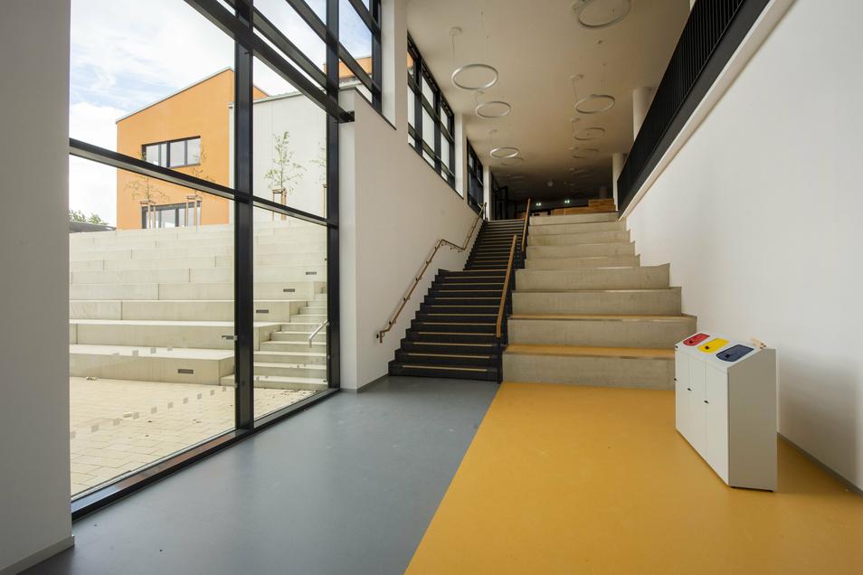 Diese Treppe verbindet unter anderem den Haupteingang mit der Mensa und dem Theatron (links).