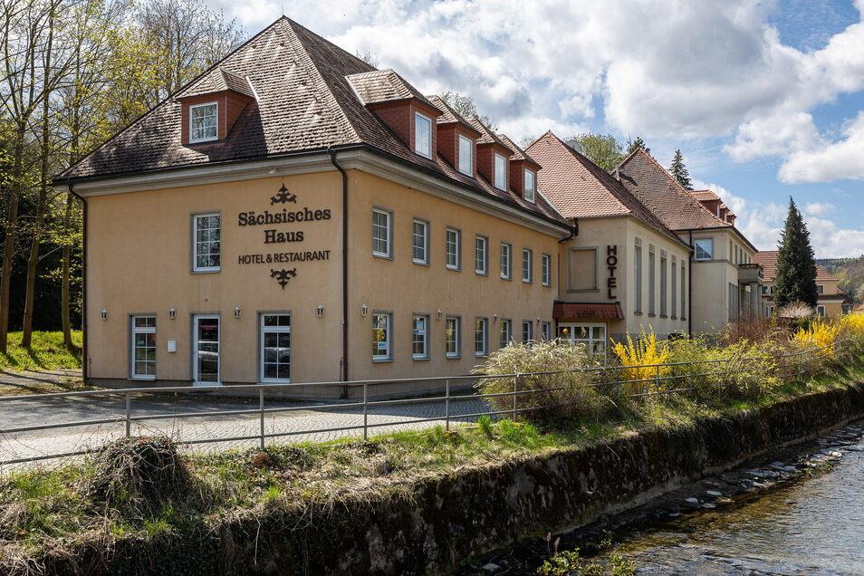 Das Berggießhübler Hotel befindet sich in bester Lage: Vorn die Gottleuba, hinten der Park.