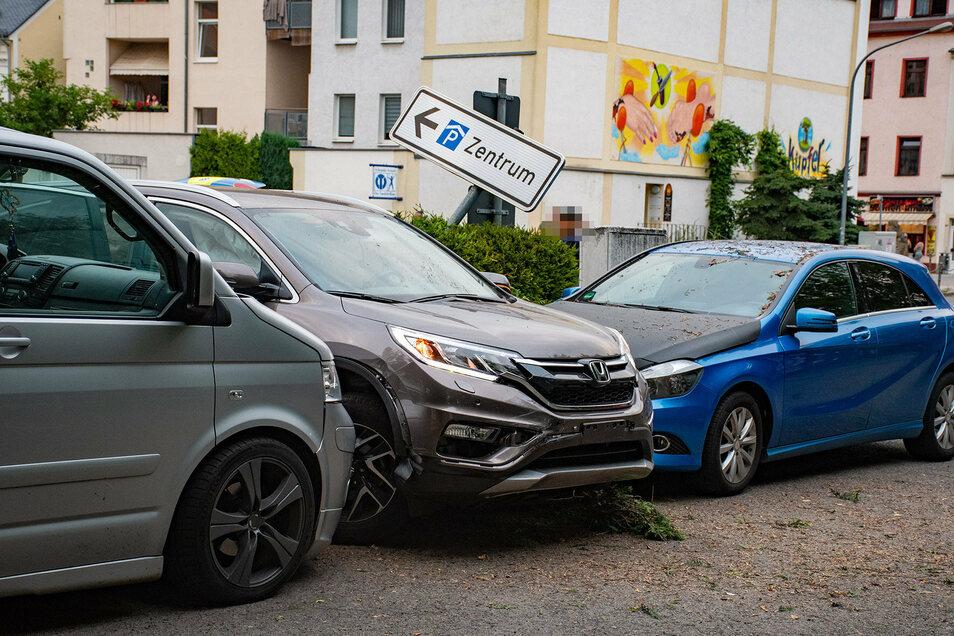 Die Verfolgungsjagd endete für den mutmaßlichen Autodieb mit einem Einschlag zwischen zwei Pkw.