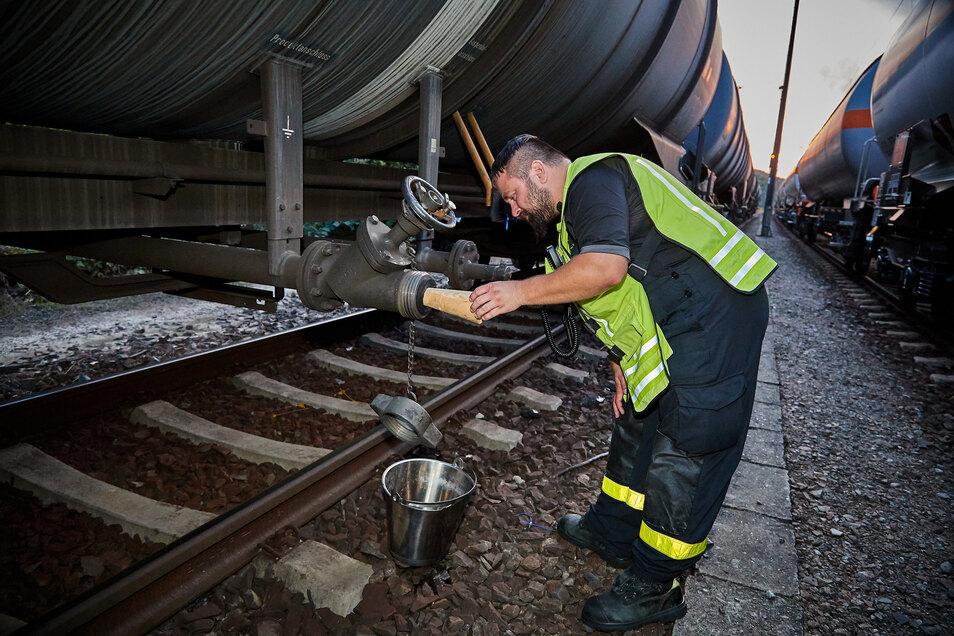 An diesem Güterwaggon trat Rohbenzin aus. Das Leck wurde gestopft.