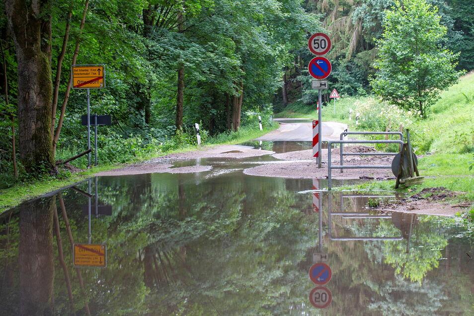 Die Straße von Ottendorf bei Sebnitz ins Kirnitzschtal ist auch Tage nach dem Starkregen unpassierbar. Durchlässe sind zugesetzt, die Fahrbahn unterspült.