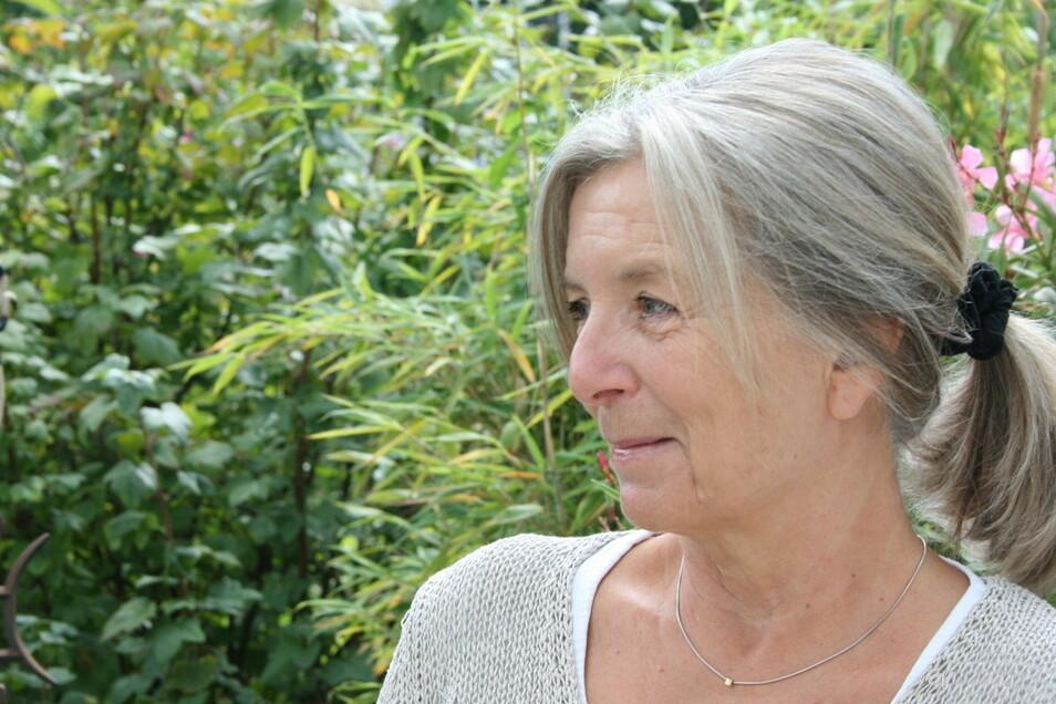 Martina Schoeneich in ihrem Garten in Diessen am Ammersee.