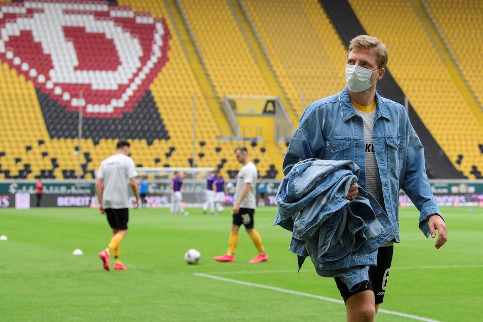 Die Idee für die großartige Geste zur Verabschiedung von Ralf Minge als Sportdirektor bei Dynamo hatte Patrick Wiegers: Vor dem letzten Spiel der vorigen Saison trugen alle Spieler um Marco Hartmann Jeansjacken mit dem Bild von Dresdens vermutlich bekannt