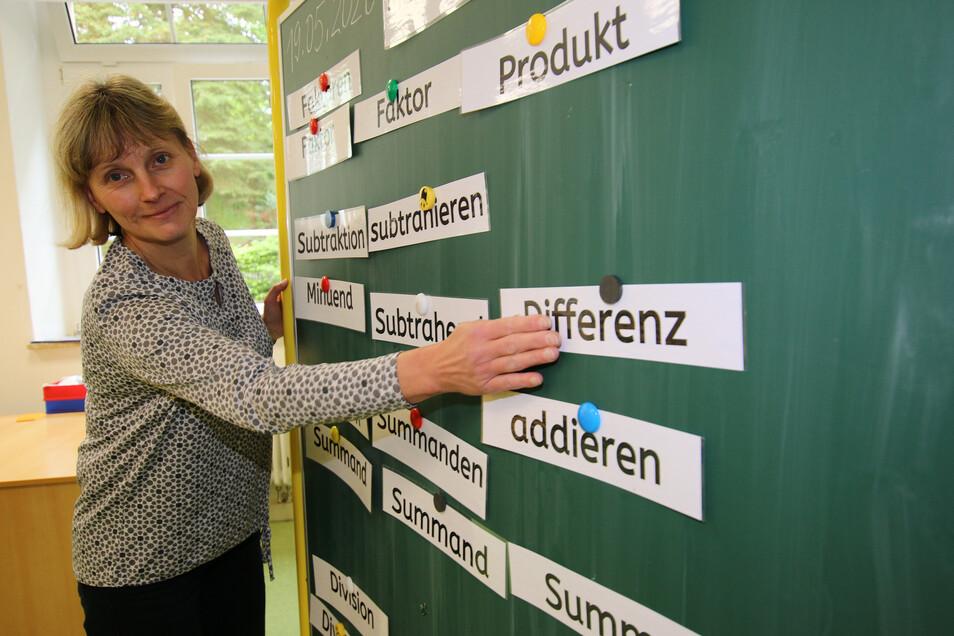 Simone Schinnerl steht an der Tafel in einem sonst als Hortzimmer genutzten Raum. Sie ist froh, endlich wieder unterrichten zu dürfen.