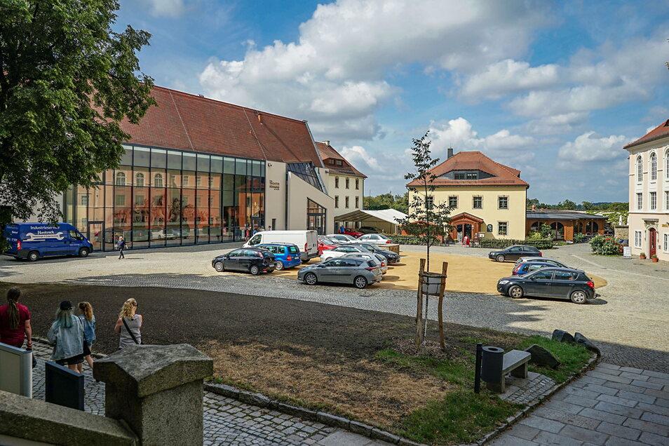 """Im Bautzener Burgtheater (links) findet am 16. Oktober die offene Fachkonferenz """"Miteinander leben in Bautzen-Budyšin"""" statt."""