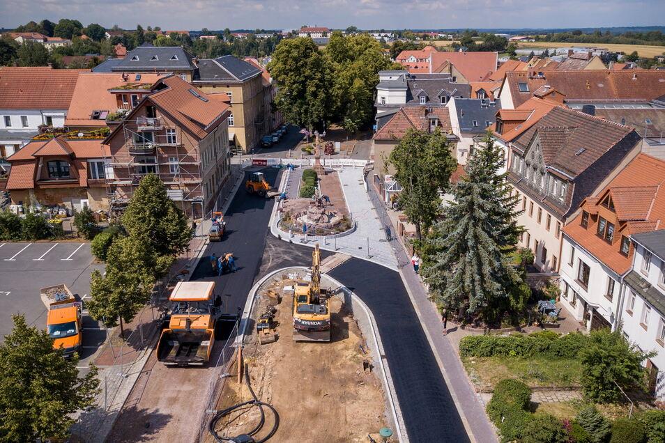 Vor genau einem Jahr haben die Handwerker die erste Schwarzdecke auf die Straßen des neu gestalteten Lindenplatzes aufgebracht.