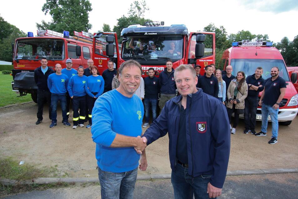Zwischen der Freiwilligen Ostrau und der Feuerwehr Kall hat es gefunkt. Mario Thomas aus Ostrau und Daniel Rütz vom Löschzug aus Kall helfen einander und feiern zusammen.