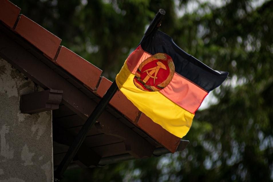 """Einer der Reichsbürger, der in diesem Jahr vor Gericht stand, gibt sich als """"Angehöriger der DDR Deutschland"""" aus. Vor seinem Haus weht eine DDR-Flagge."""