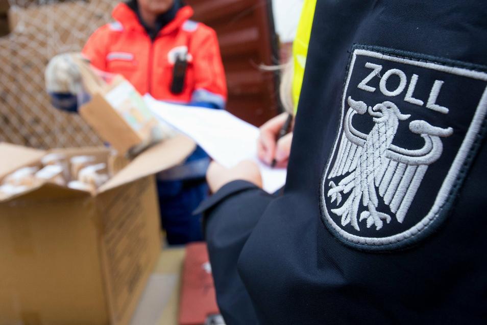 An mehreren Orten in Sachsen sind über 100 Beamte gegen Schwarzarbeit vorgegangen.