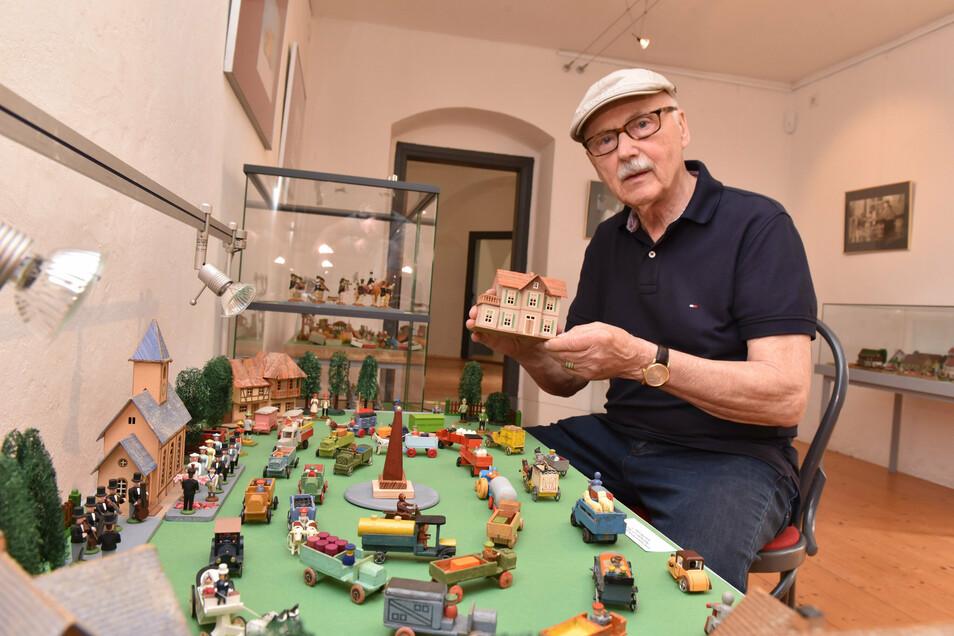 Eberhard Klinkewitz zeigt in einer Sonderausstellung erzgebirgische Miniaturenwelten im Schloss Lauenstein.