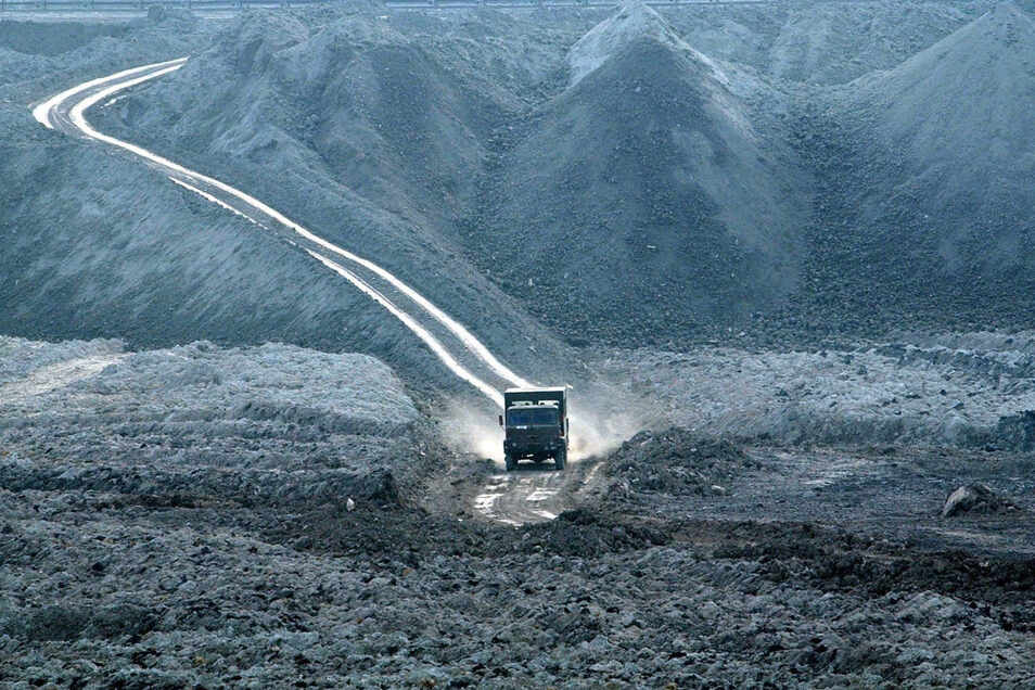 """Im polnischen Braunkohlentagebau """"Turow"""" im Dreiländereck Polen, Tschechien und Deutschland fährt ein Lkw über eine Abraumfläche."""