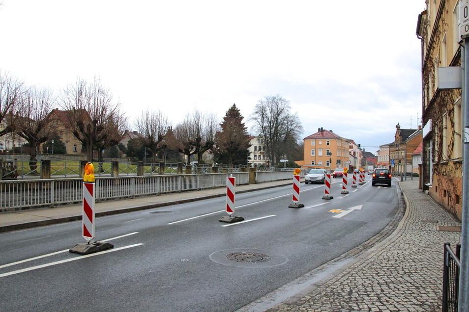 Auf der Bandweberstraße in Richtung Rathausstraße in Großröhrsdorf wurde jetzt die Linksabbiegerspur gesperrt.