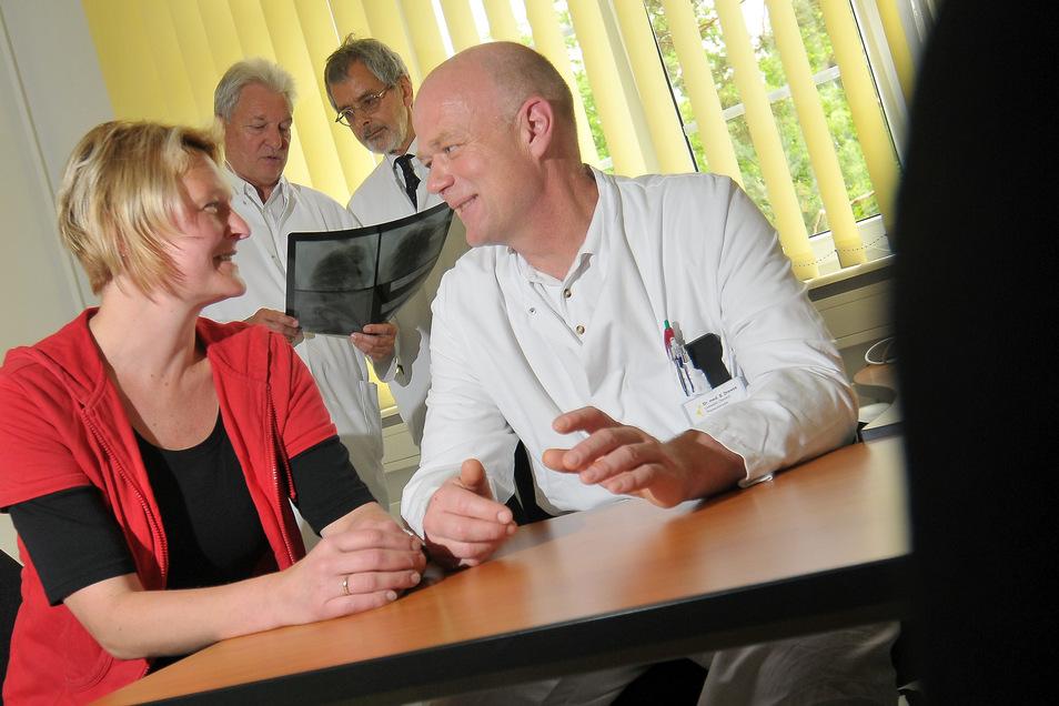 Chirurg Dr. Steffen Drewes (vorne) im Gespräch mit einer Patientin