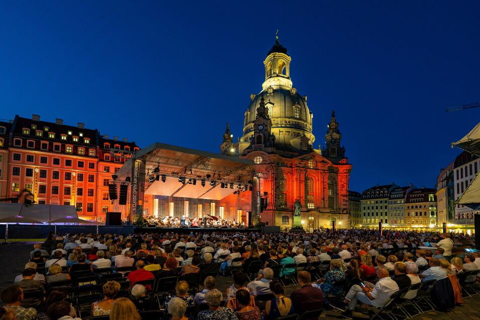 Ein Bild aus der Zeit vor der Corona-Pandemie: Zuschauer genießen das Classic Open Air 2019 in Dresden.