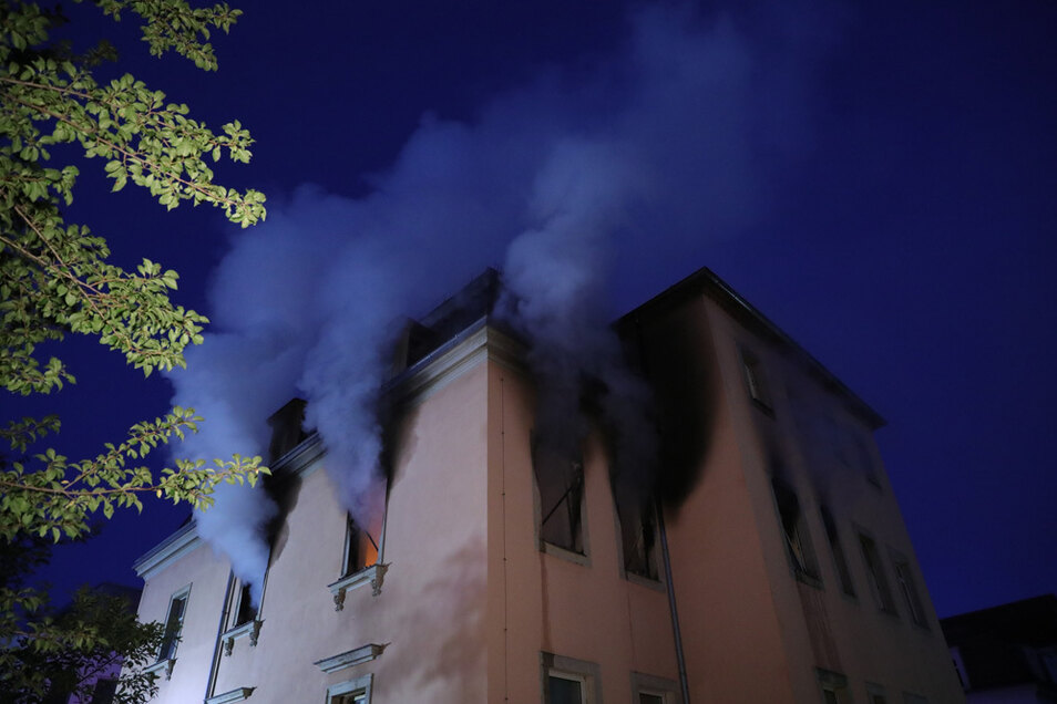 Kurz vor 6 Uhr am Morgen schlugen Flammen aus einer Wohnung.