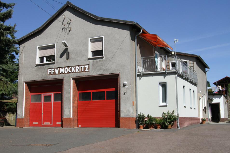 Das Dach des Anbaus am Feuerwehrgerätehaus in Mockritz ist undicht. Es wird von den Anwohnern als Terrasse genutzt.