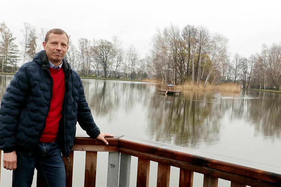 Markus Posch (CDU) ist seit 2014 Bürgermeister in Wittichenau. Das will er weiter bleiben. Der 51-Jährige ist am 9. Mai zur Bürgermeister-Wahl der einzige Kandidat. Das Foto zeigt ihm am Stadtteich.