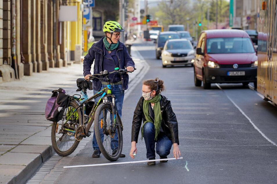 Susanne Krause misst auf der Bautzner Straße den Abstand für einen Radweg.