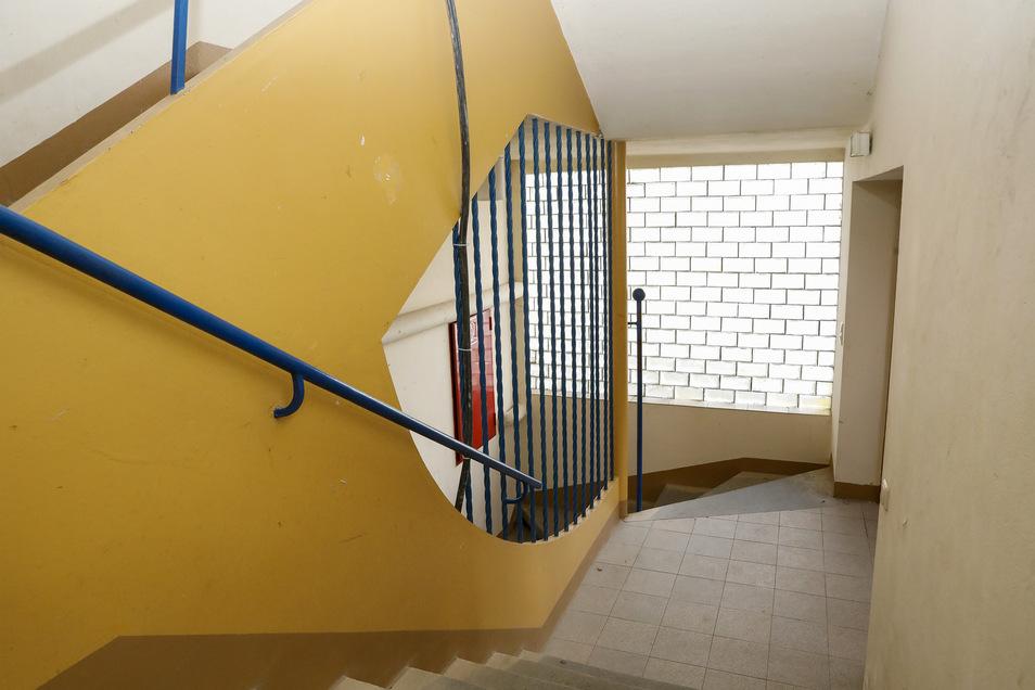 Eine Besonderheit ist das Treppenhaus, wo blaue Stahlstreben an Spirelli-Nudeln erinnern sollten.
