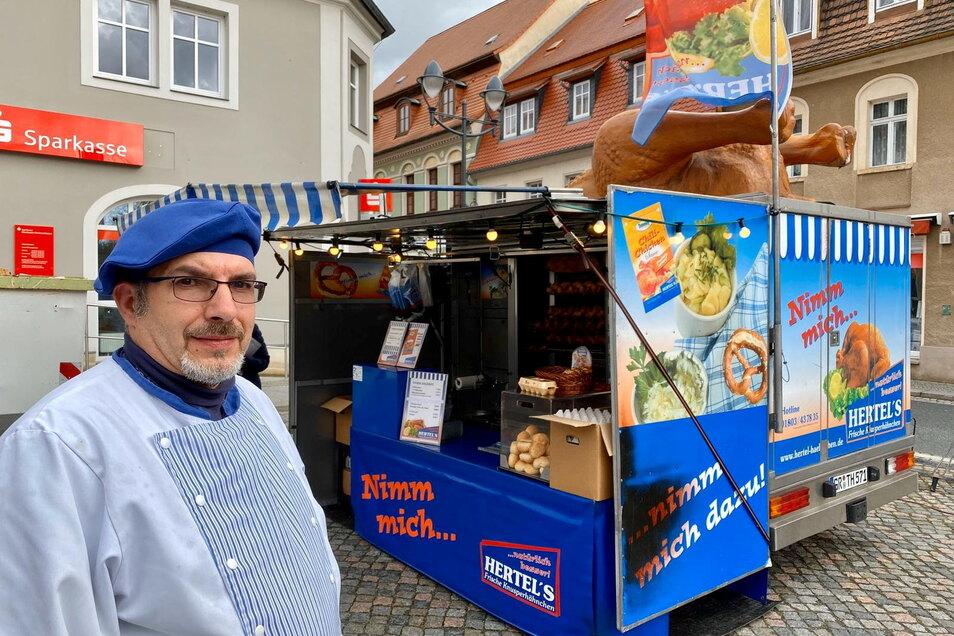 Broiler-Verkäufer Thomas Rothe mit einem der Wagen aus der Kellner-Flotte auf dem Bernstädter Marktplatz. Donnerstag steht er auf dem Elisabethplatz in Görlitz. Auf dem Dach des Wagens: ein Gummihuhn.