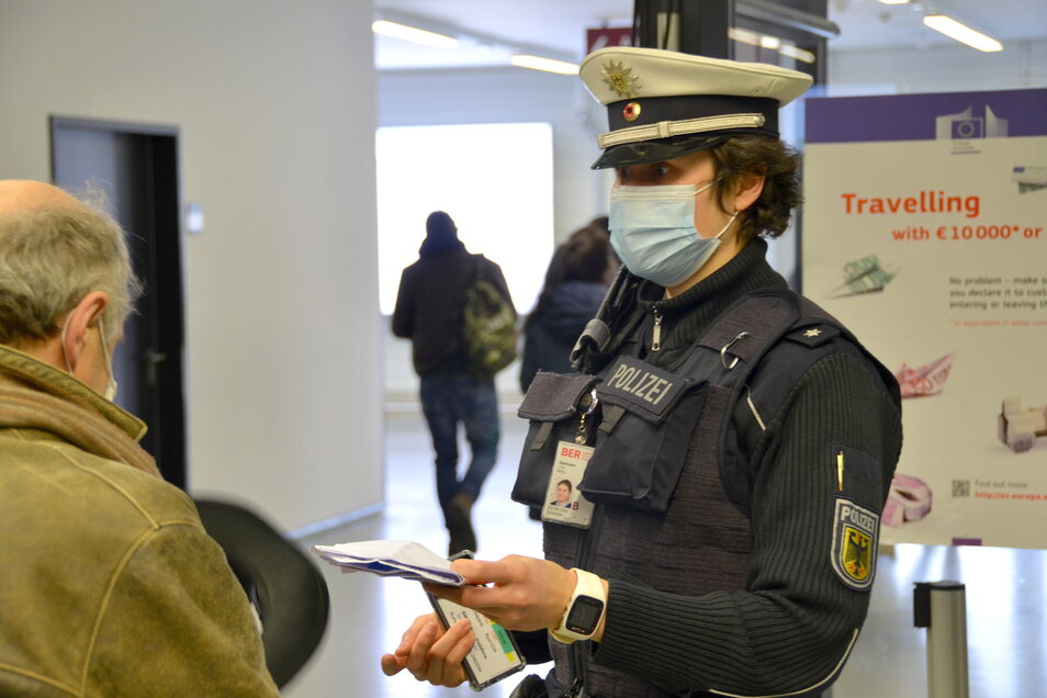 """""""Dokumente haben mich schon immer fasziniert"""", sagt Tina Bachmann, die ihr Hobby zum Beruf gemacht hat und jetzt als Bundespolizistin unter anderem Pässe kontrolliert."""