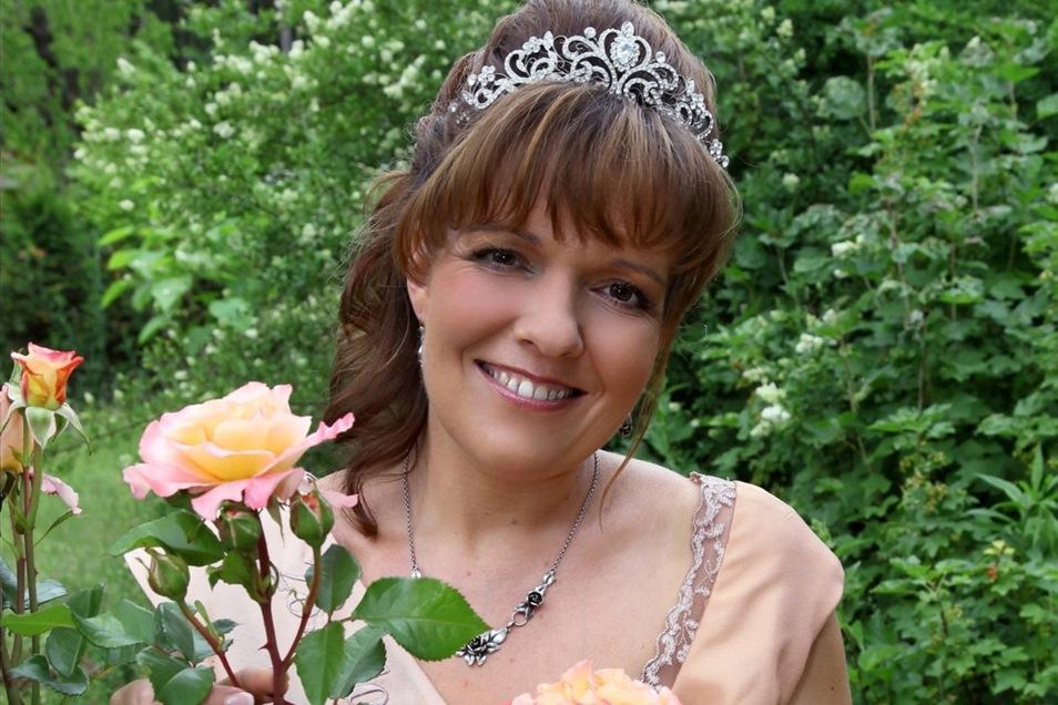 Die 28. Forster Rosenkönigin Stephanie II. dankt am Wochenende ab und übergibt Krone und Zepter an ihre Nachfolgerin.