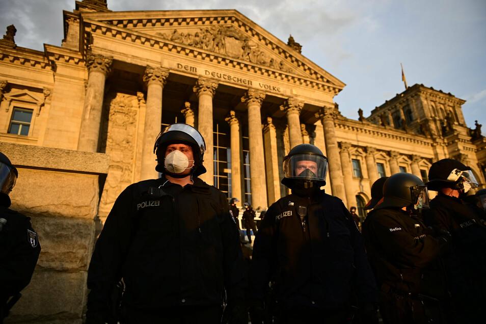Eine Polizeikette am Samstag vor dem Bundestag.