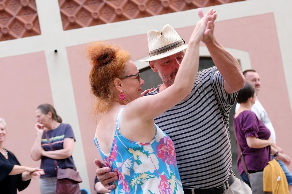 """Von den Straßenmusikern ließen sich beim """"Gassenzauber"""" am Wochenende einige auch dazu animieren, das Tanzbein in Meißen zu schwingen."""