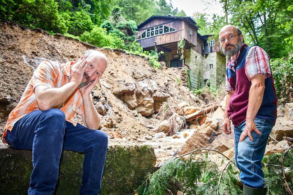 Seit 1854 steht die Niedermühle im Hirschgrund, jetzt ist die 15 Meter hohe Stützmauer weg. Die Brüder Christoph (l.) und Jürgen Büttner brauchen Hilfe.