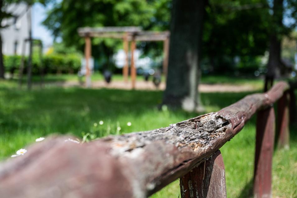 Der Zaun am Spielplatz auf der Leschwitzer Straße in Weinhübel ist marode und kommt deshalb demnächst weg.