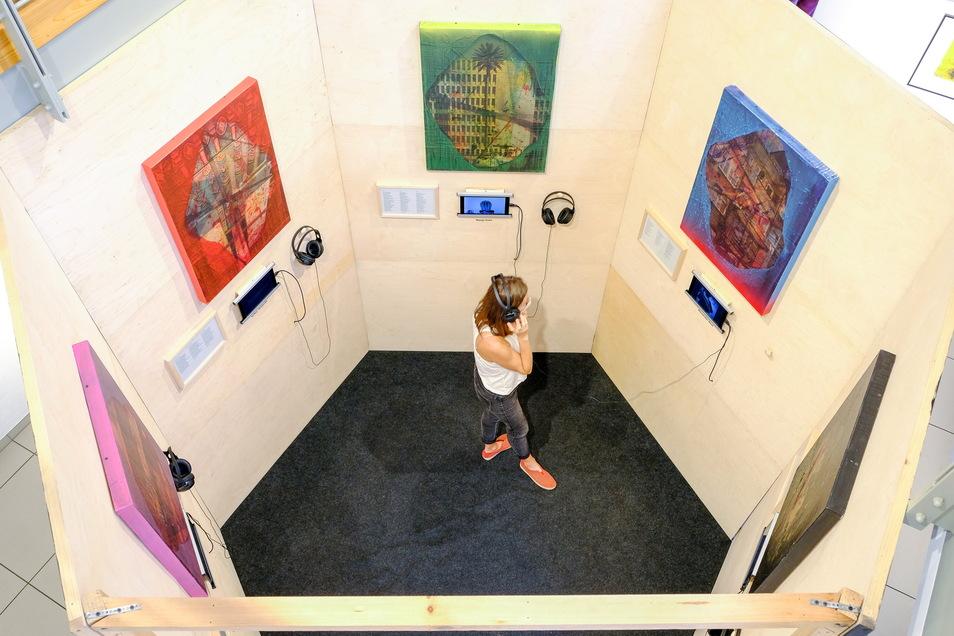 Von der Galerie aus können Besucher der Stadtgalerie in die Installation Ruhepuls von Christian Manss blicken.